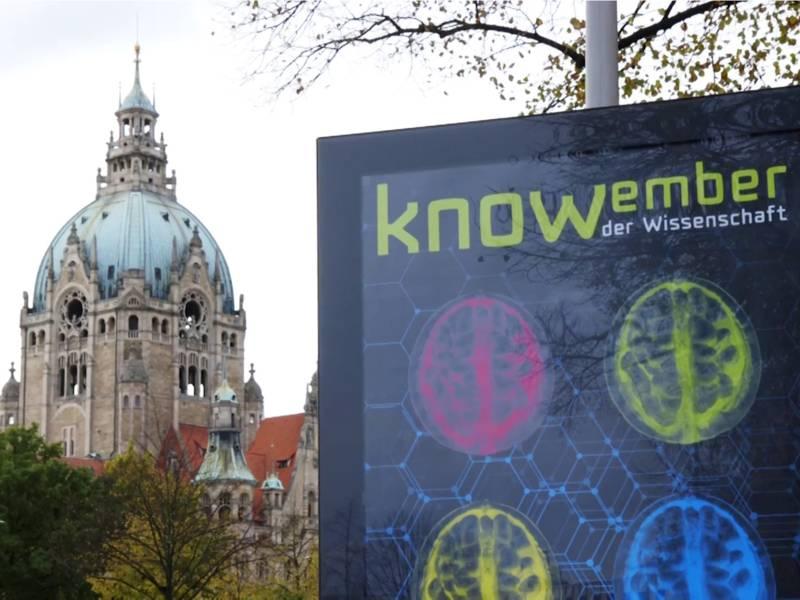 Plakat vor einem historischen Gebäude