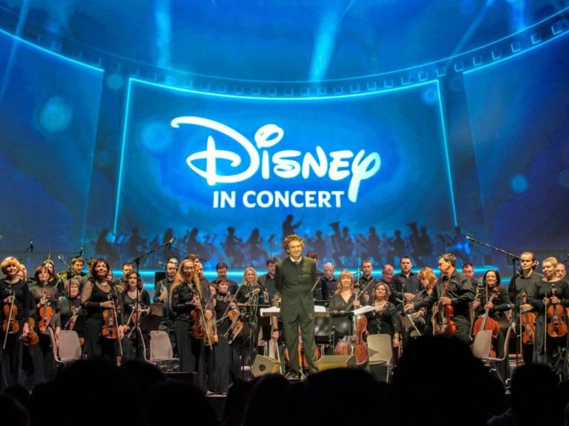 Ein Orchester bedankt sich für den Applaus.