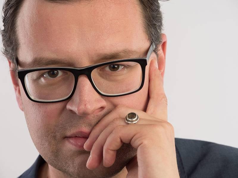 Mann mit kurzem Haar und Brille