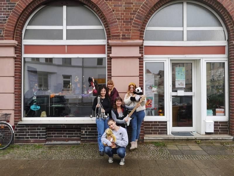 Frauen vor einem Laden