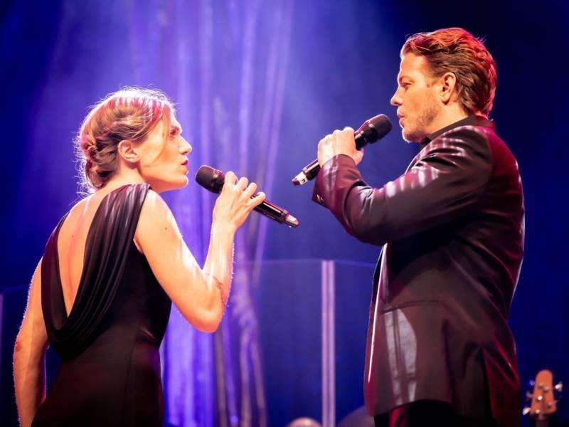 Ein Mann und eine Frau singen