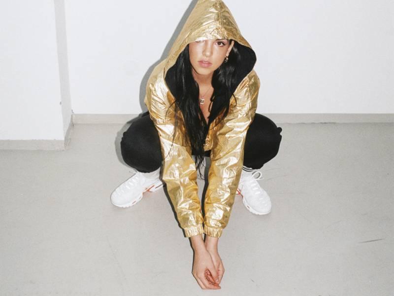 Frau mit goldener Kapuzenjacke