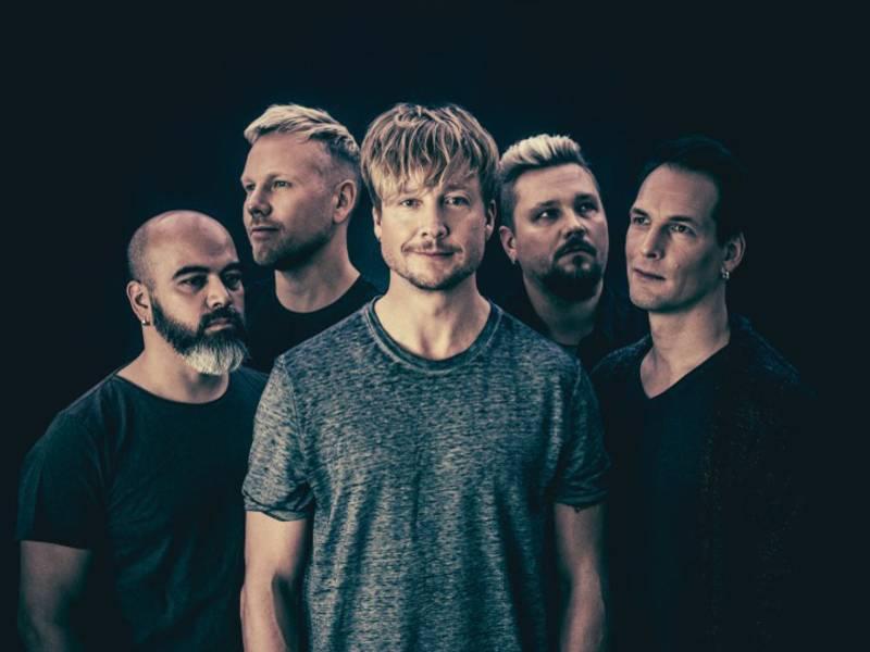 Fünf Männer vor schwarzem Hintergrund