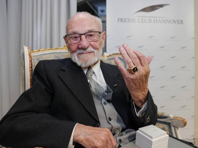 Mann hält seine Hand mit Ring hoch