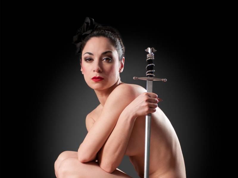 Nackte Frau mit Schwert