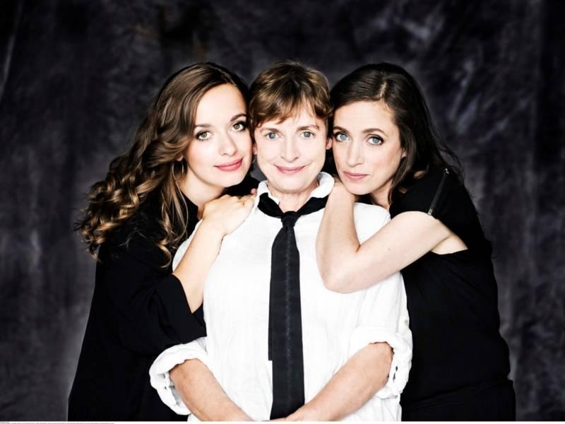Die drei Frauen stehen sehr eng zusammen und haben ihre Köfpe aneinander gedrückt.