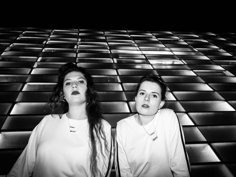 Die Oberkörper von zwei Frauen sind zu sehen. das Bild ist schwarz-weiß.