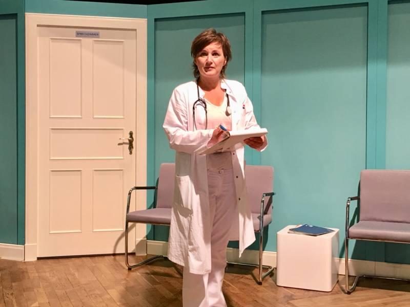 Eine Frau im Arztkittel