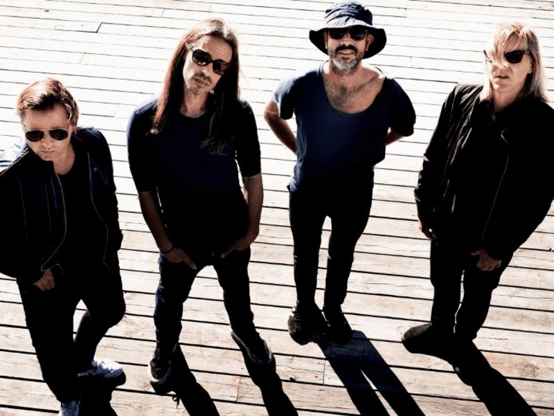 Vier Männer mit Sonnenbrille