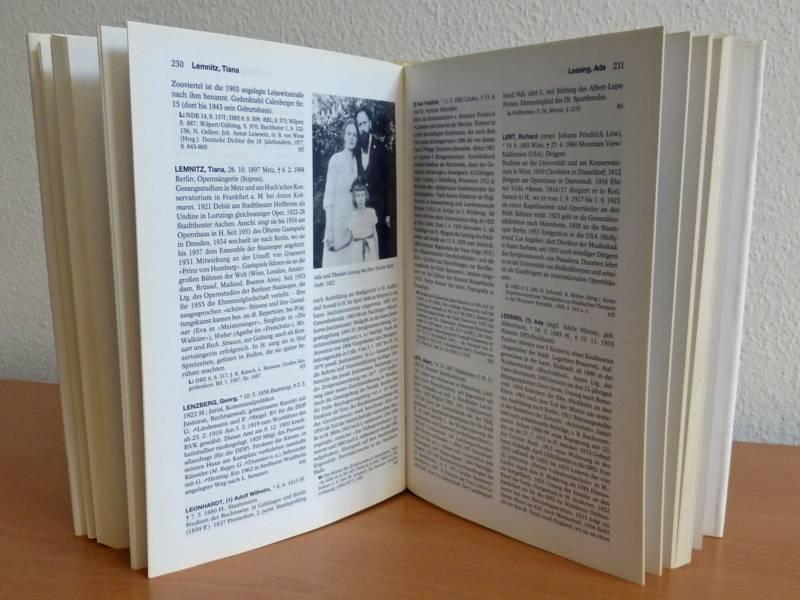 Offenes Buch auf einem Tisch stehend.