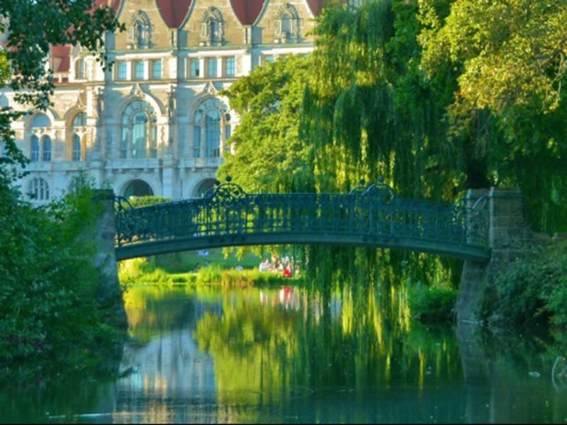 Kleine Brücke über einem Gewässer.