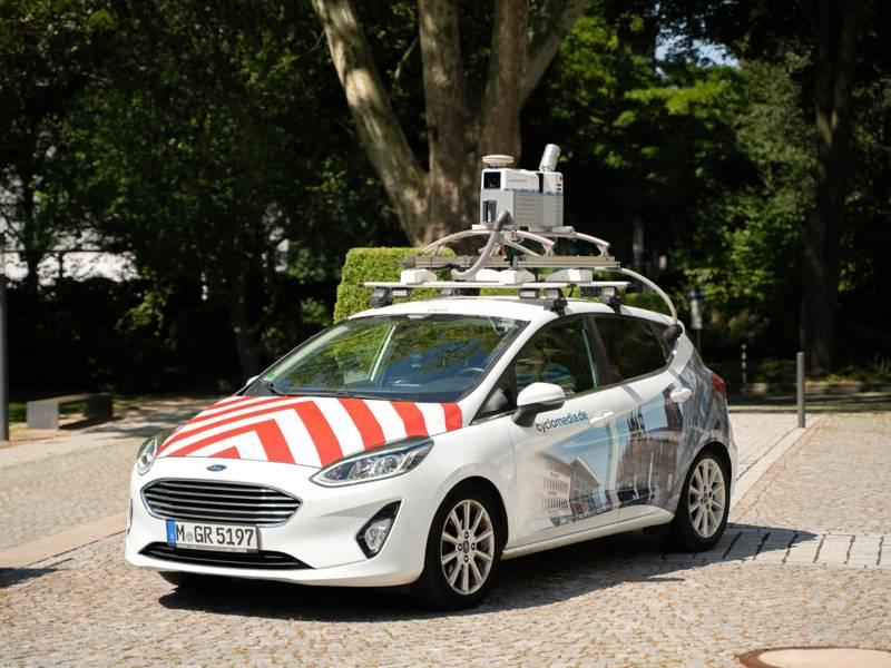 Auto mit technischem Apparat auf dem Dach