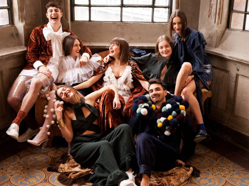 Lachende junge Menschen auf einem Sofa