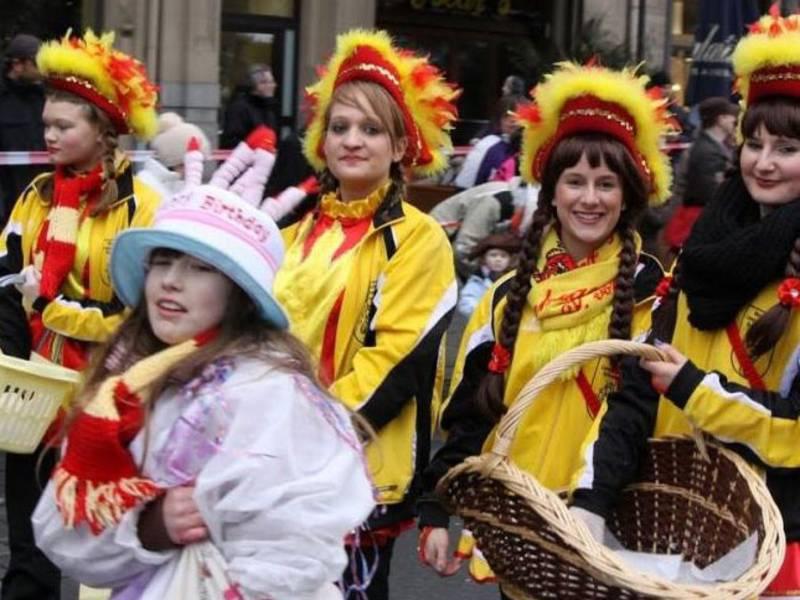 Kostümierte Kinder beim Karnevalsumzug