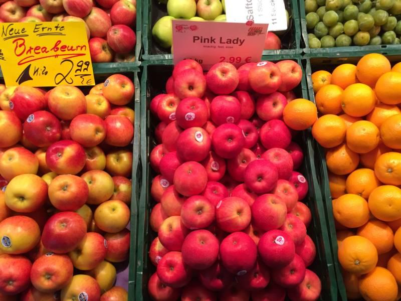 Obst an einem Marktstand.