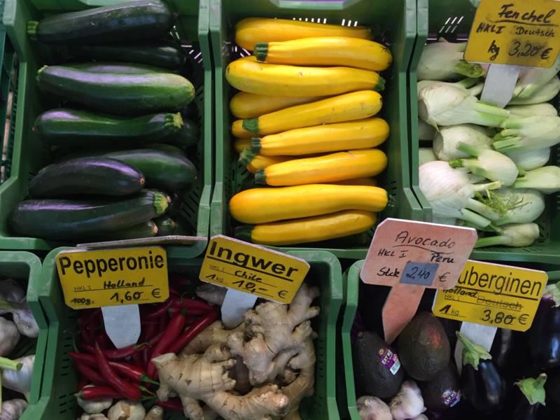 Gemüse an einem Marktstand.