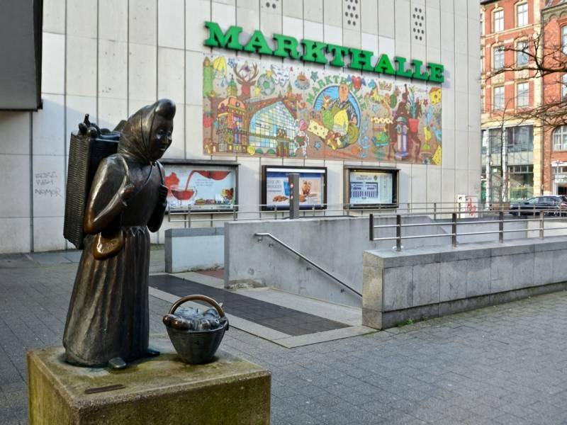 Bronzefigur, die eine Marktfrau mit Korb darstellt
