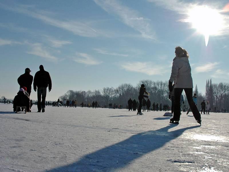 Menschen auf dem zugefrorenen Maschsee