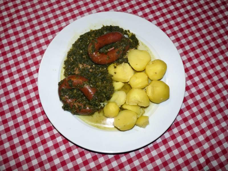 Teller mit Kartoffeln, Grünkohl und zwei Würsten
