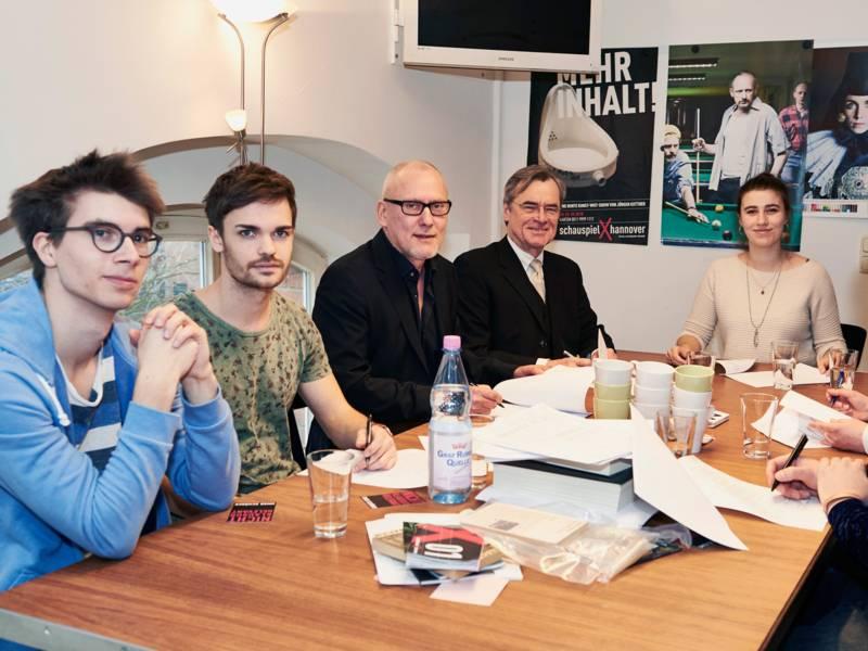 Fünf Menschen an einem Tisch.