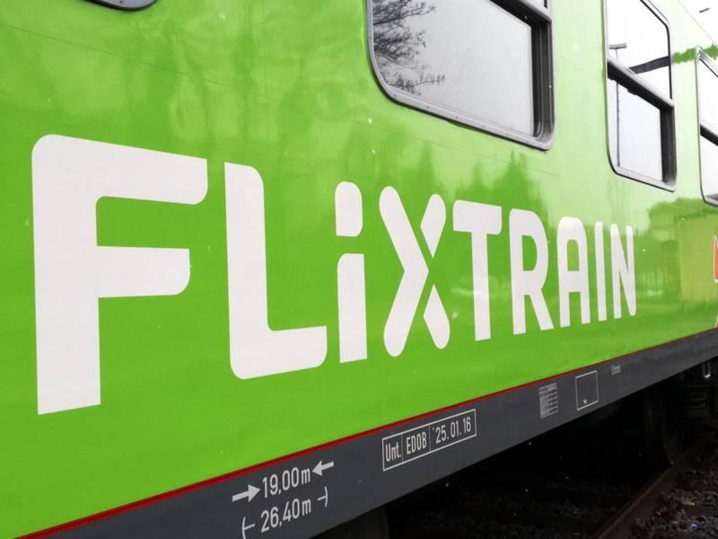 Ein grüner Zug.