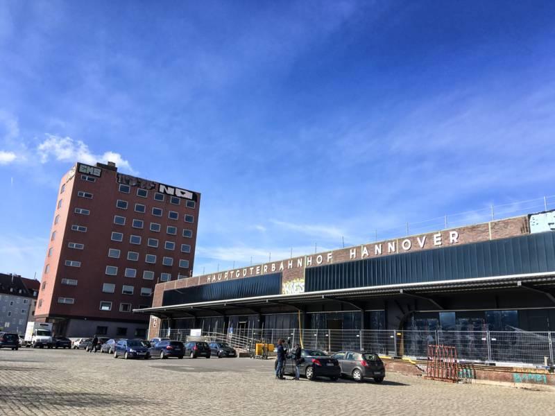 Das Gebäude des ehemaligen Hauptgüterbahnhofs von außen.