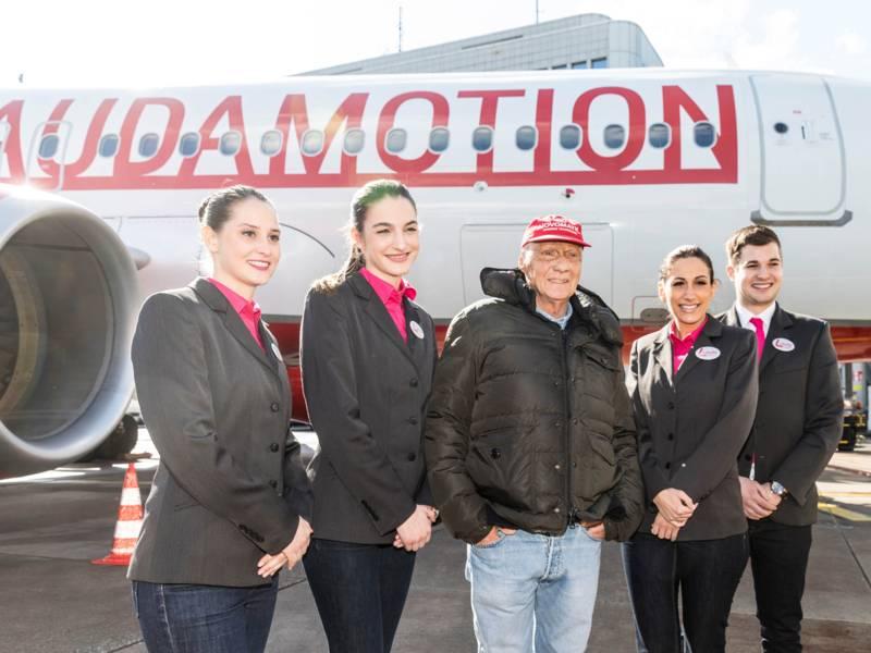 Fünf Personen stehen vor einem Flugzeug.