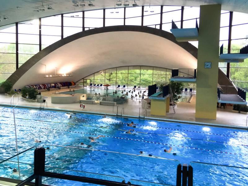 Blick von einer Tribüne auf ein Schwimmbecken.