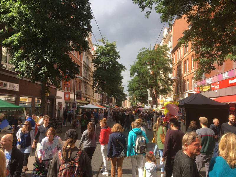 Viele Menschen bei einem Straßenfest.