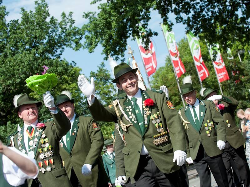 Männer grüßend in grünen Uniformen mit Orden