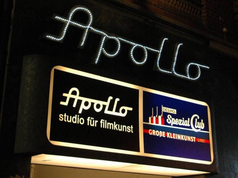 Über dem Eingang vom Apollokino hängt auch ein Leuchtschild, das auf DESiMOs spezial Club hinweist.