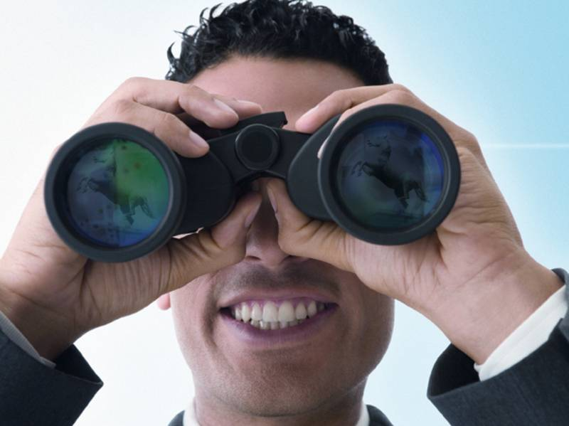 Ein Mann schaut durch ein Fernglas.