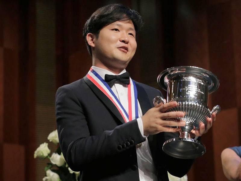 Mann mit Pokal