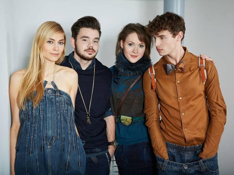 Zwei junge Männer und zwei Frauen im Jeans-Outfit