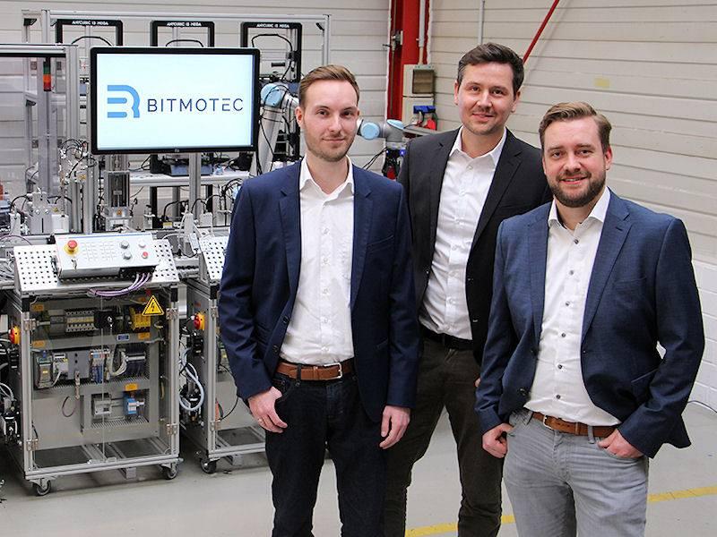 Drei Männer vor technischen Apparaturen.