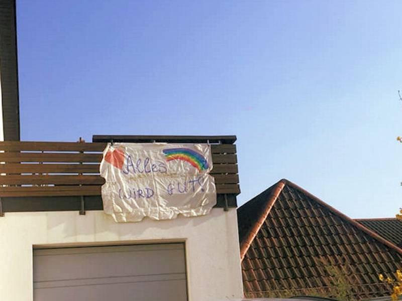 "Fahne mit der Aufschrift ""Alles wird gut"" an Hauswand befestigt."