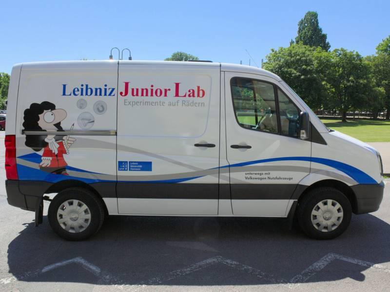 """Lieferwagen mit der Aufschrift """"Leibniz Junior Lab"""""""