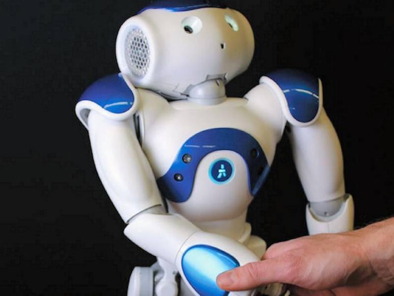 Roboter gibt menschlicher Hand die Hand.