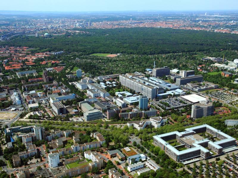 Luftaufnahme einer Stadt mit großer Grünfläche.