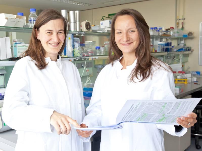 Zwei Frauen in weißen Kitteln in einem Labor
