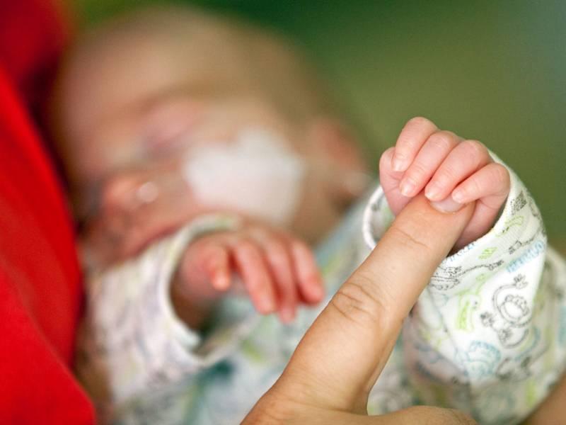 Finger mit Hand eines Babys