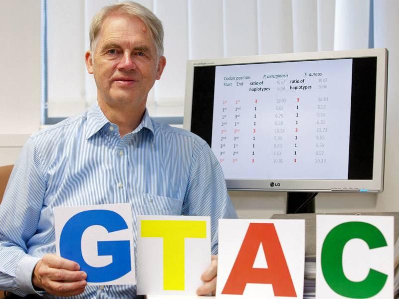 Mann vor Monitor mit Schildern den Buchstaben GTAC darauf.