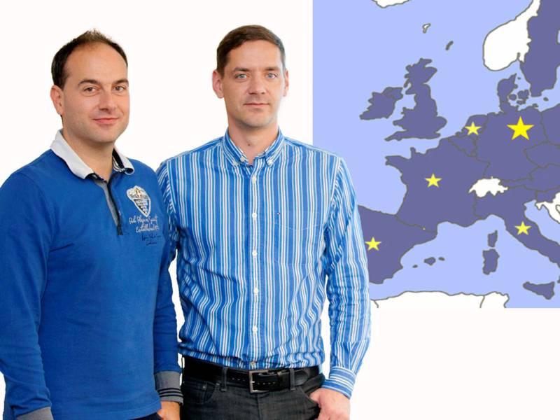 Zwei Männer vor Landkarte