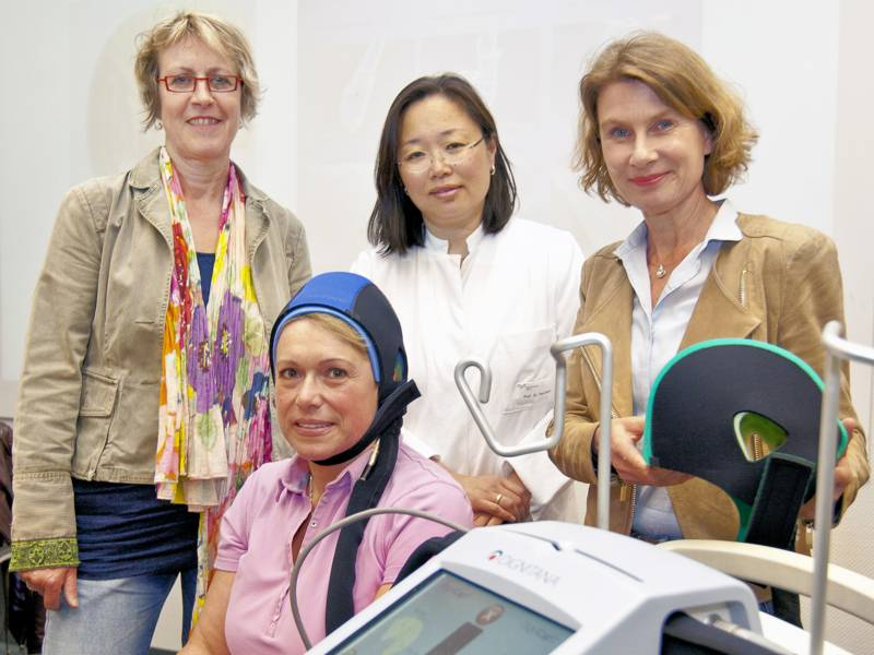 Vier Frauen mit medizinischen Geräte, eine Frau trägt eine Haube.