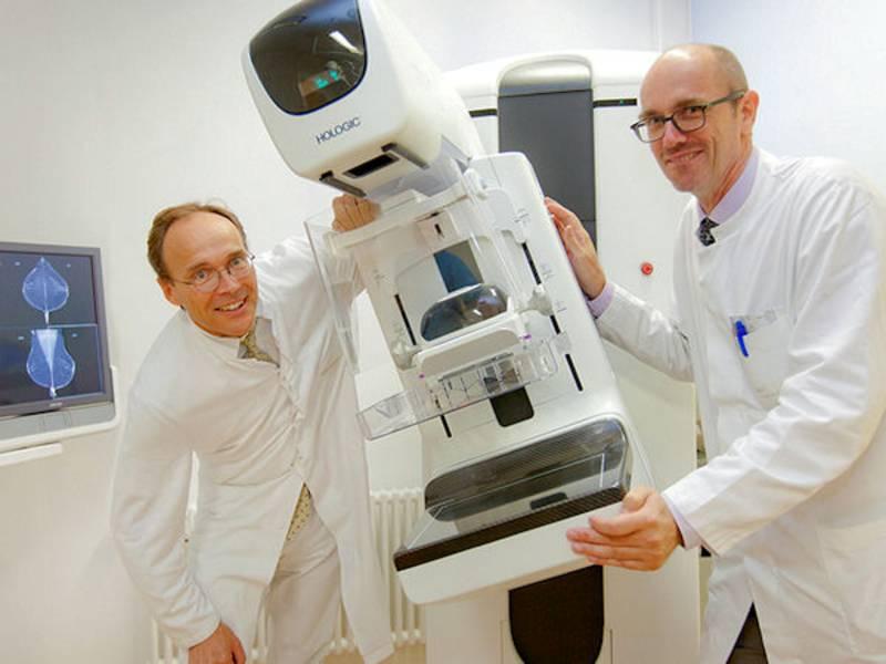 Zwei Männer in weißen Kitteln vor medizinischem Gerät