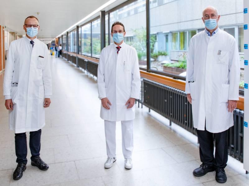 Drei Männer in weißen Kitteln