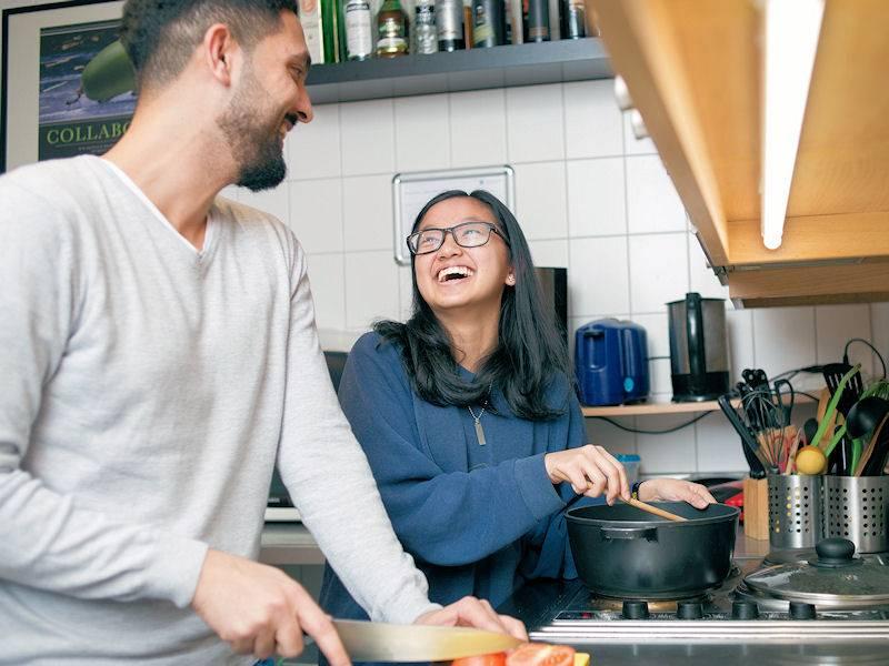 Frau und Mann beim Kochen.