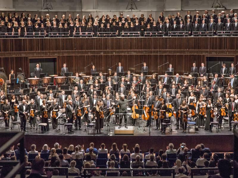 Orchster und Chor in einem Saal