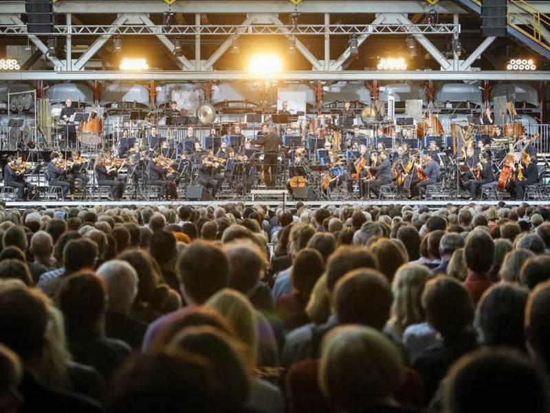 Viele Menschen vor einem Orchester