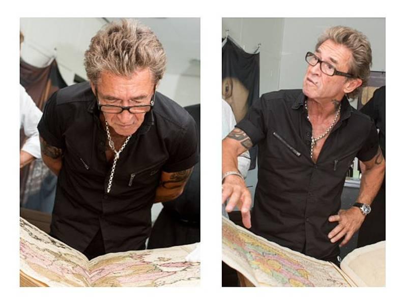 Mann betrachtet ein altes Buch